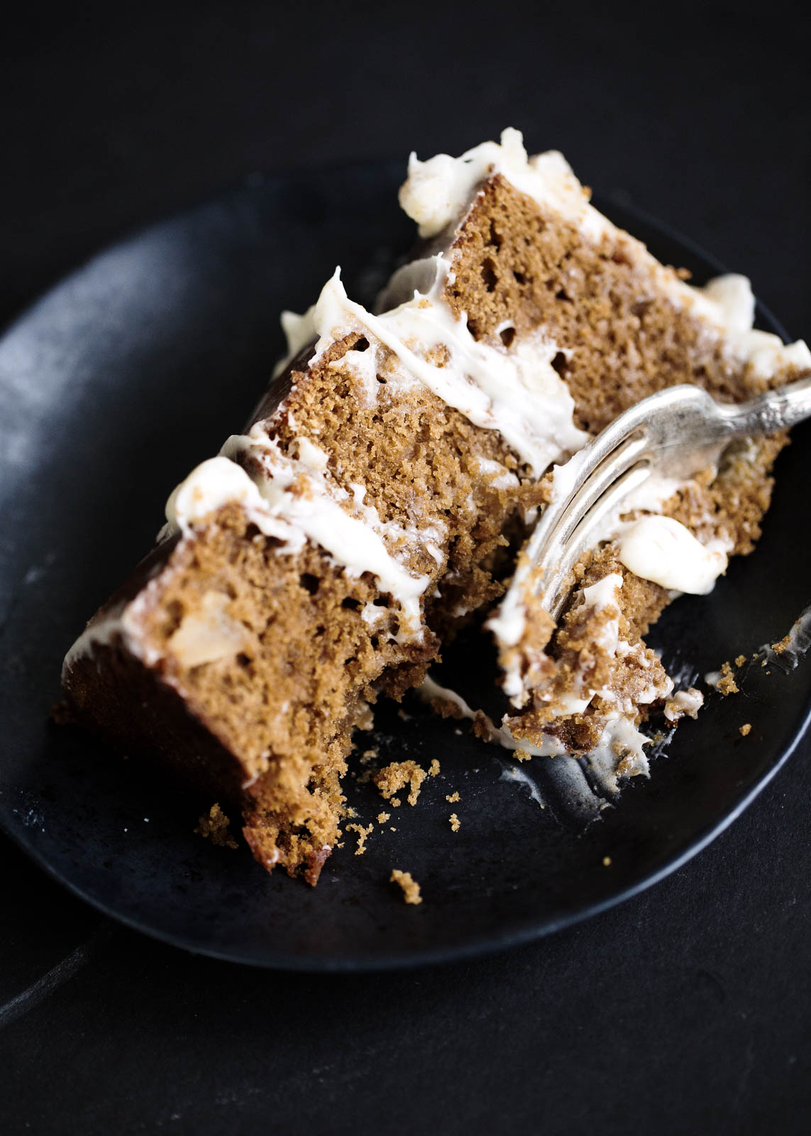 A moist ginger molasses cake with fresh apples and a creamy mascarpone frosting. Talk about fall cake goals!!