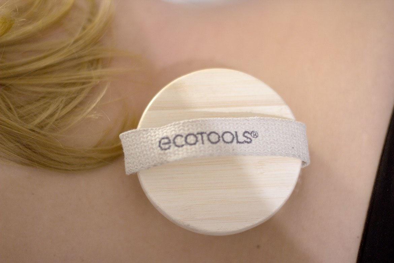 Brosse Ecotools posée sur dos