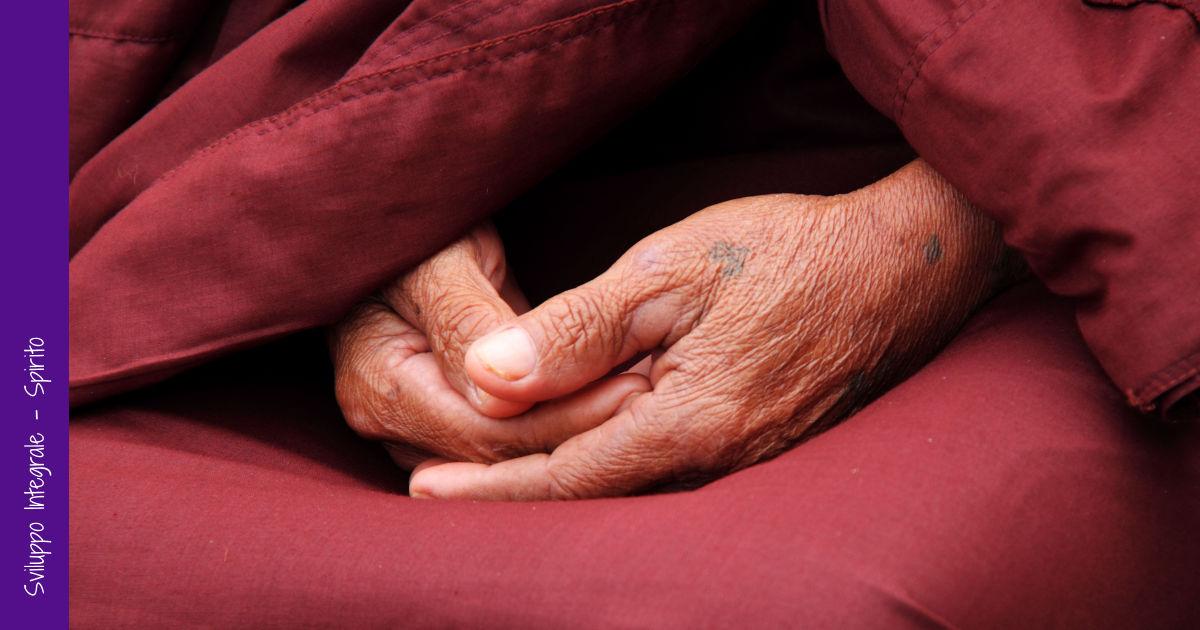 Mani giunte di un monaco che medita