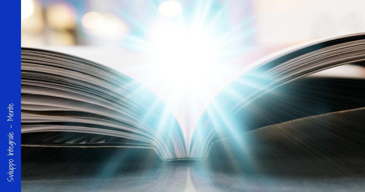 Libro aperto con luce intensa da dietro