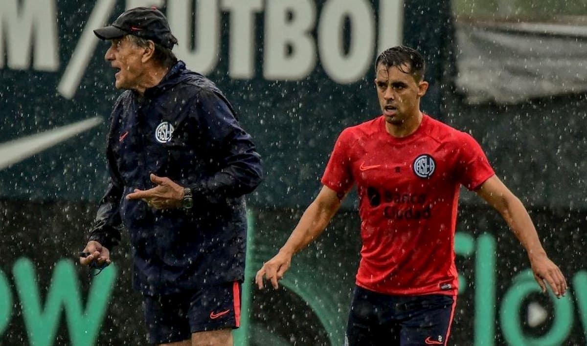 Hugo Tocalli coordinando los trabajos bajo la lluvia