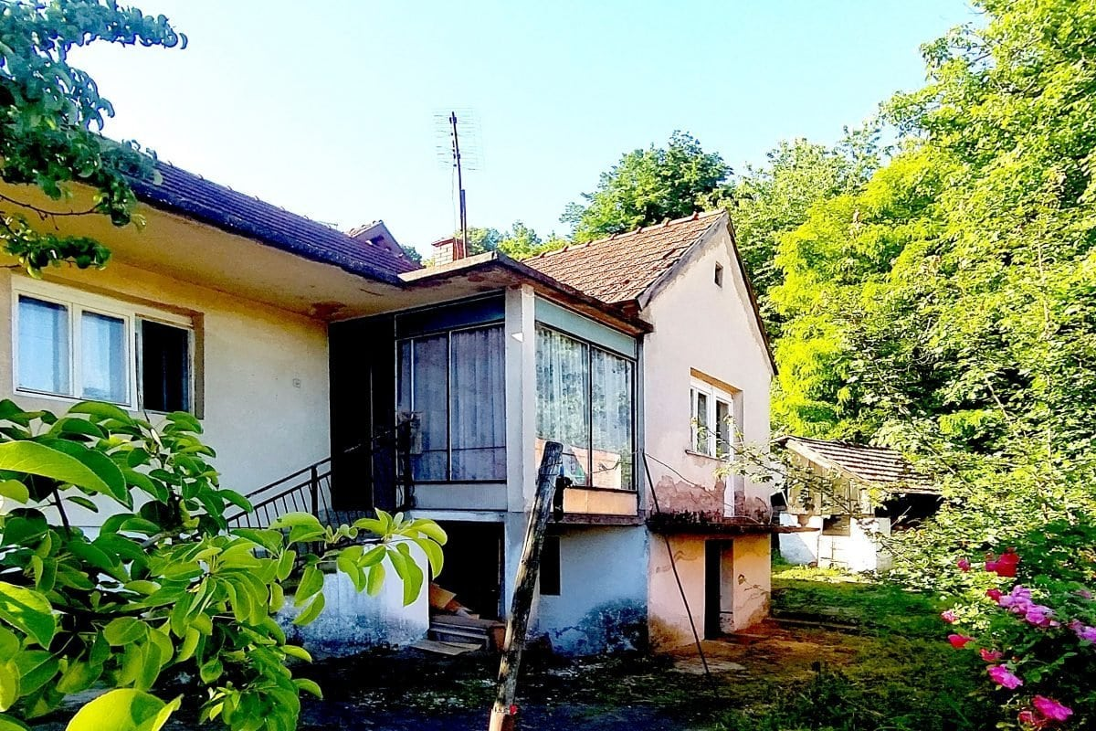 старый дом недалеко от центра Лозницы