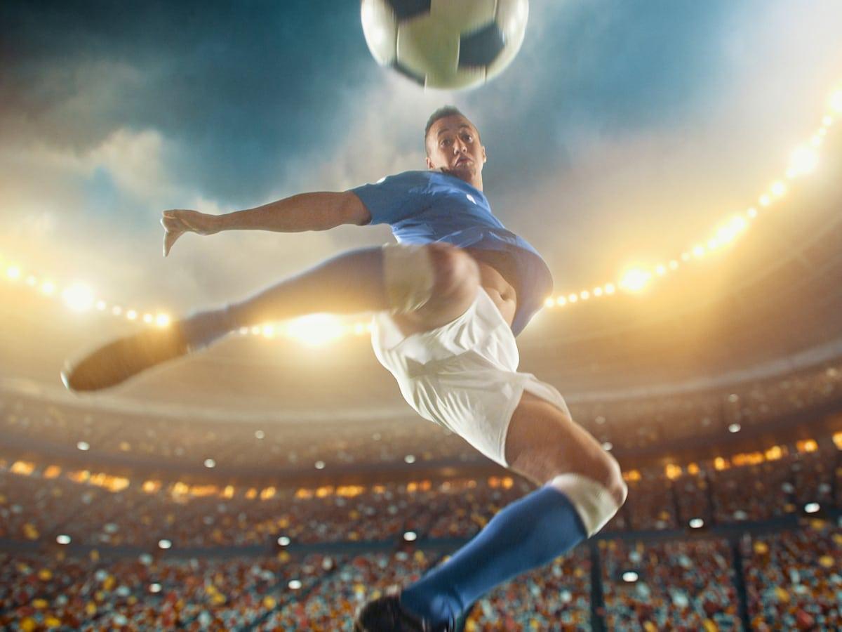 jogador-de-azul-chutando-bola-no-ar-BetssonBR