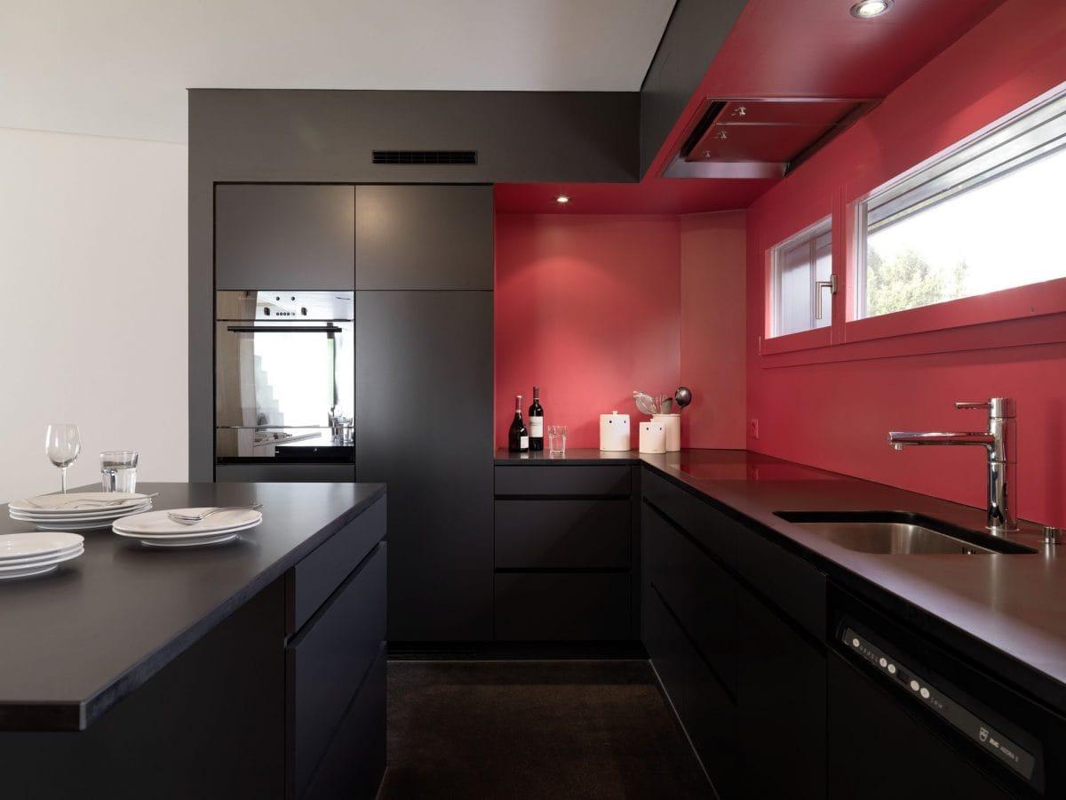 Küche in Rot Schwarz Haus S Dietilkon - Foto von Bruno Helbling, Zürich