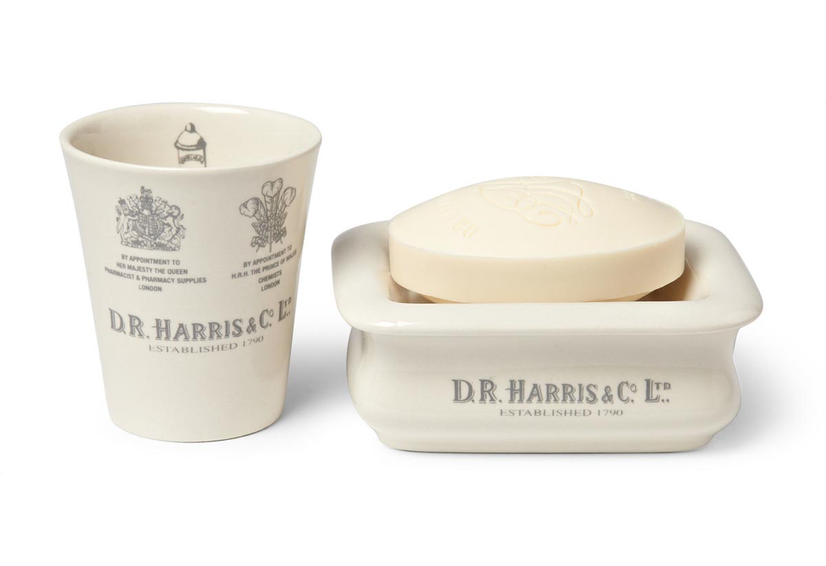 Мыло D. R. Harris устойчиво к размоканию, долго держит форму