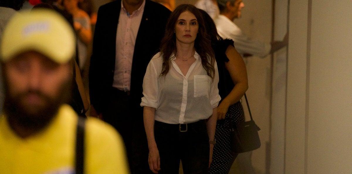 Carice van Houten à la recherche du terroriste dans Domino