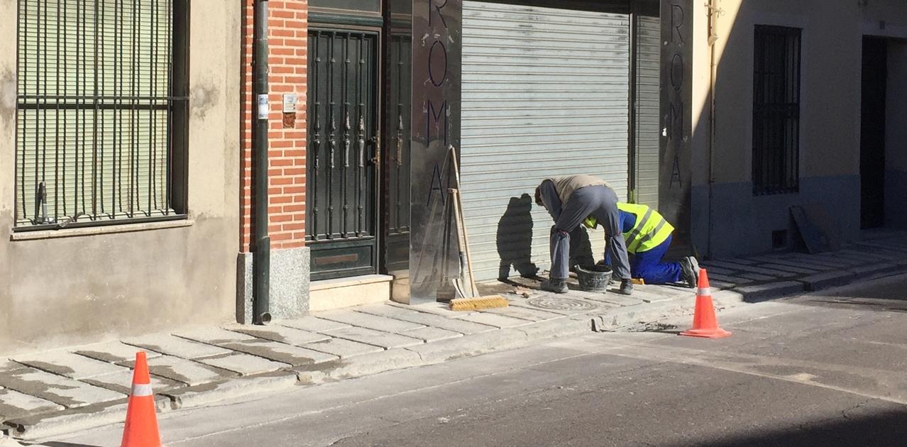 Operarios municipales en los trabajos de mejora del acerado de la calle del Carmen