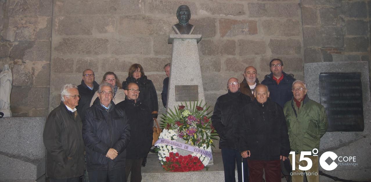 Cofrades peñarandinos tras la ofrenda floral en el busto a Agustín Martínez Soler