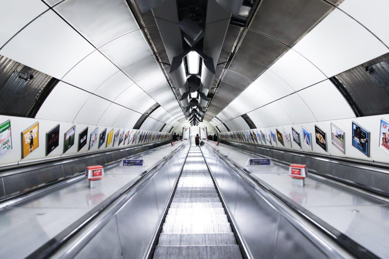 Schody ruchome na stacji metra w Londynie