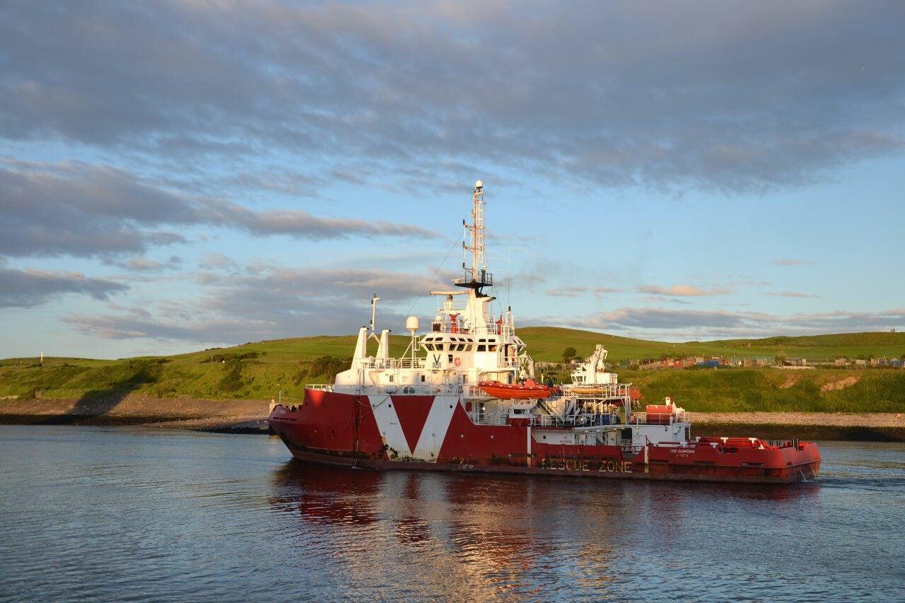 Statek wchodzący do portu w Aberdeen