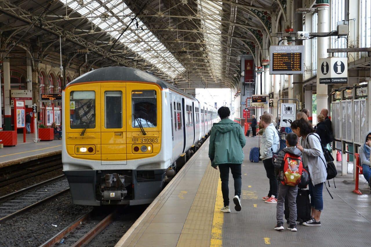 Podmiejski pociąg do Liverpool w Preston