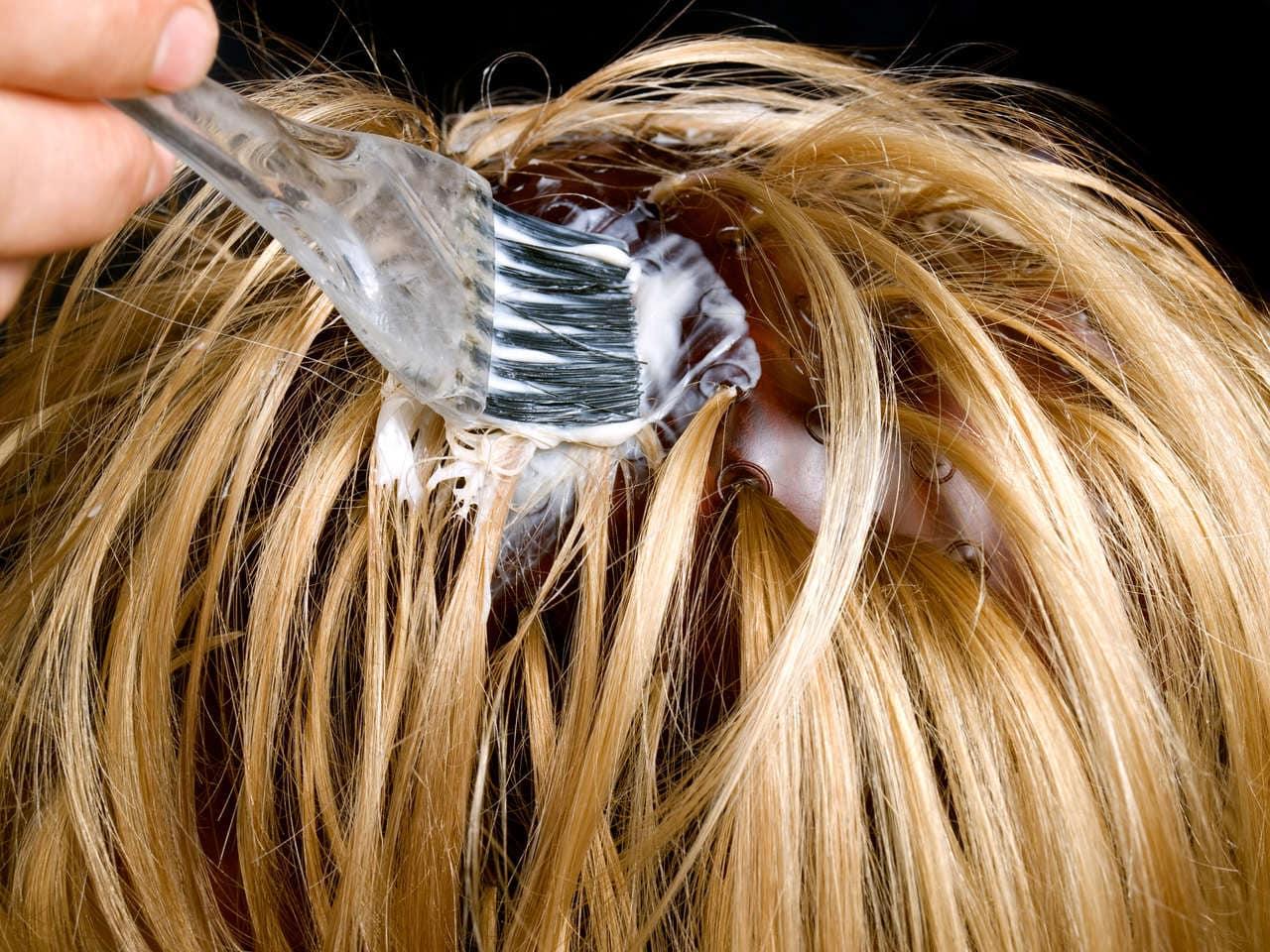 cabelo sendo pintado com pincel