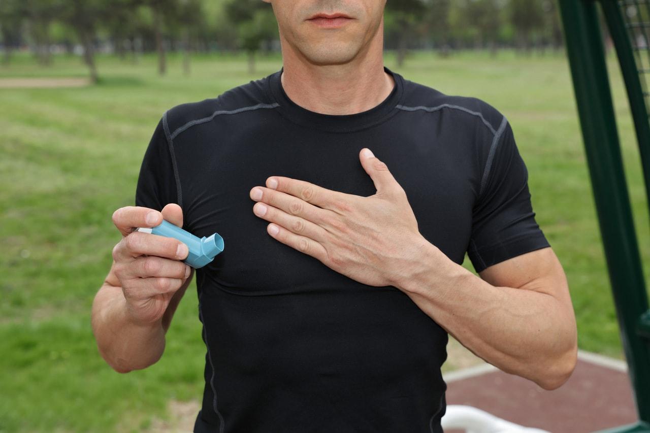 Como as atividades físicas auxiliam no tratamento da asma?