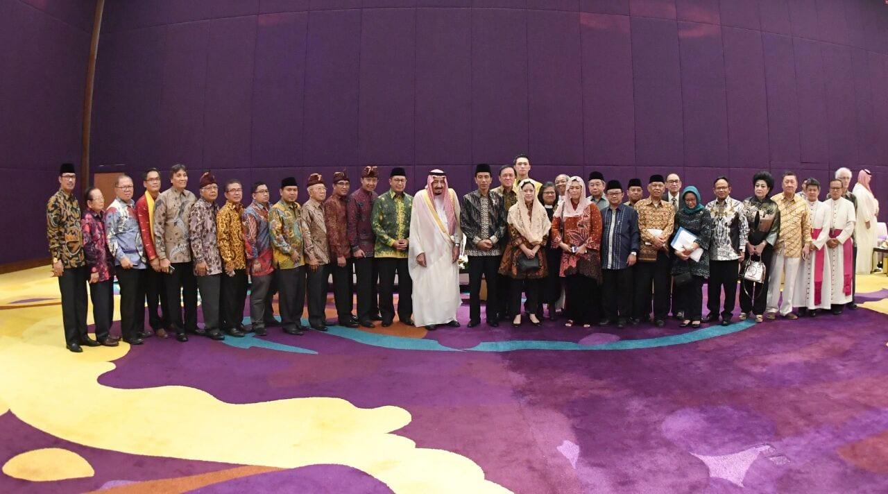 Raja Salman yang didampingi Presiden Jokowi saat berdialog dengan tokoh lintas agama, di Hotel Raffles, Kuningan, Jakarta Selatan, Jumat (3/3) sore. (Foto: Setpres/BPMI)