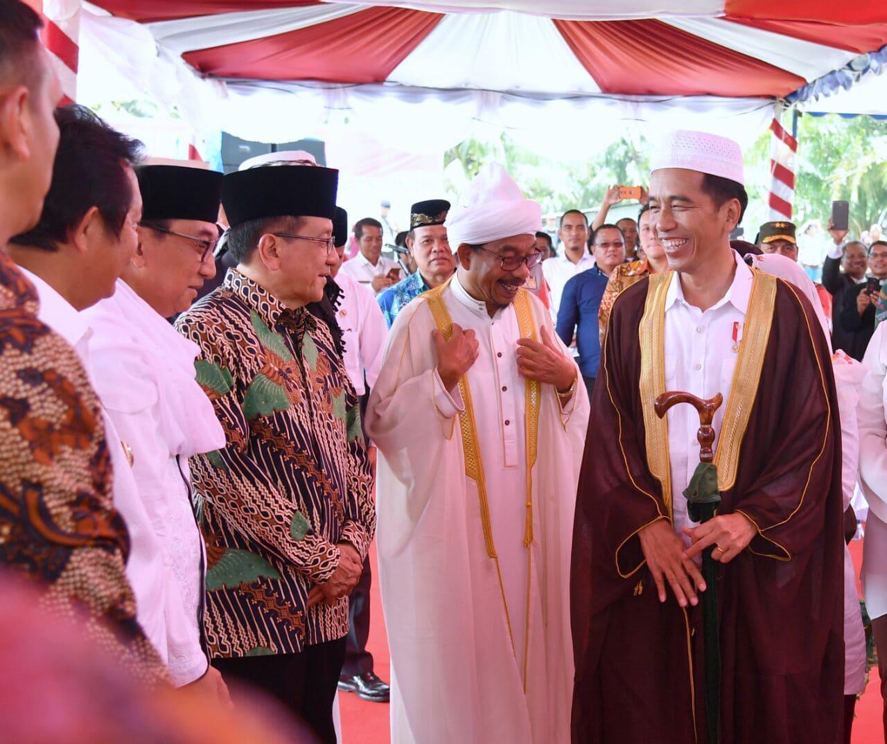 Presiden Jokowi saat meresmikan Tugu Titik Nol Pusat Peradaban Islam Nusantara, yang ada di Kelurahan Pasar Baru Gerigis, Kecamatan Barus, Kabupaten Tapanuli Tengah, Sumatera Utara (Sumut), Jumat (24/3). (Foto: BPMI)