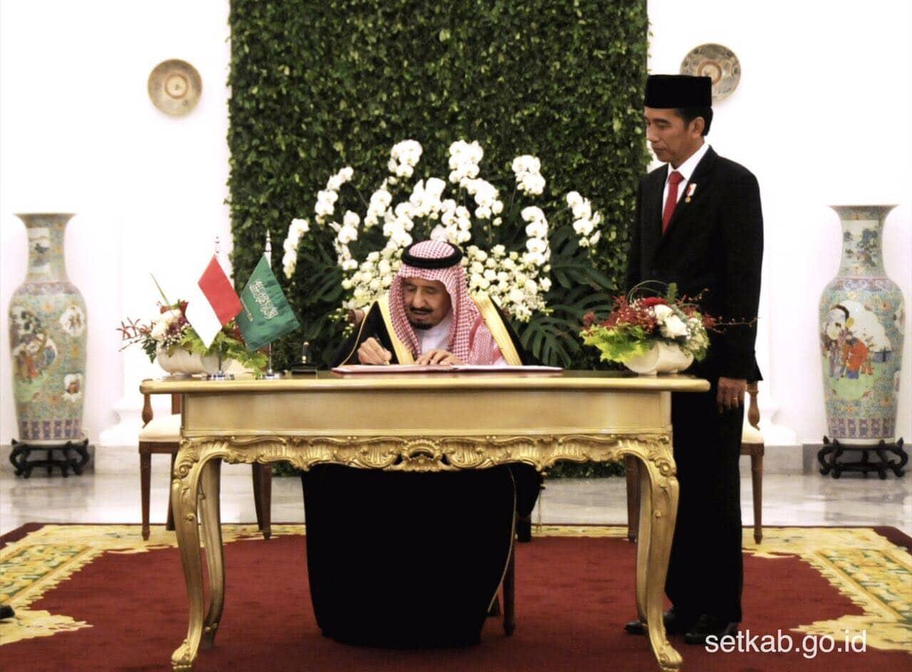 Presiden Jokowi menyaksikan Raja Salman menandatangani buku tamu kenegaraan di Istana Kepresidenan Bogor, Jawa Barat, Rabu (1/3). (Foto: Humas/Agung)