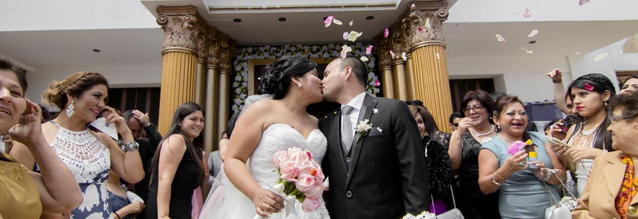 Evelyn y Santiago en su boda a la salida de la iglesia.