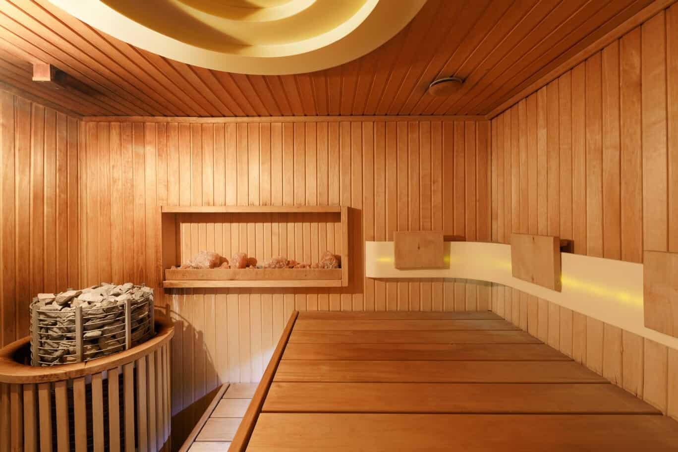Sauna-Kabine von innen mit Licht und Ofen