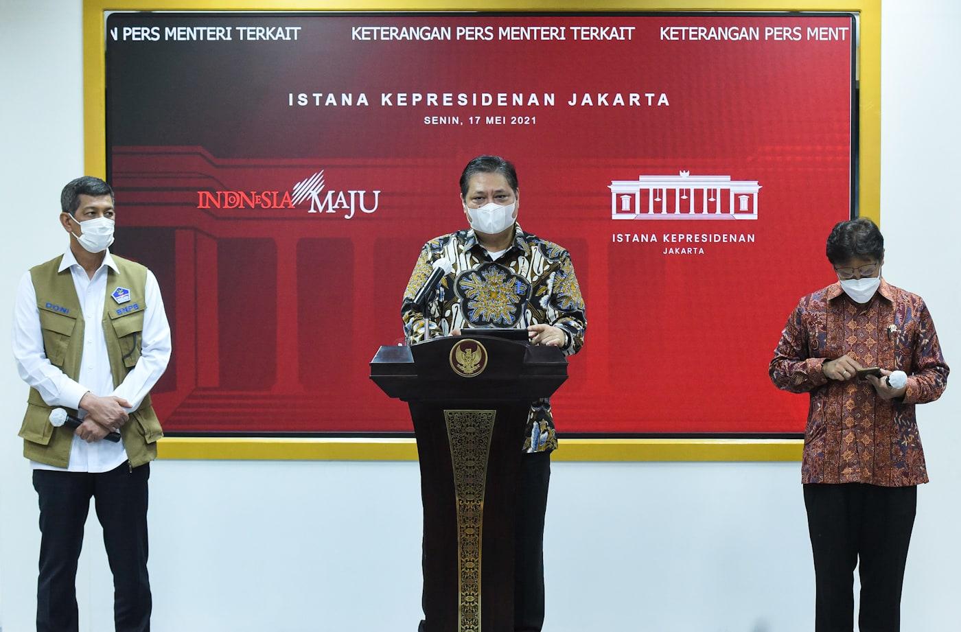 Ketua KPCPEN Airlangga Hartarto didampingi Menkes Budi Gunadi Sadikin dan Ketua Satgas Penanganan COVID-19 Doni Monardo