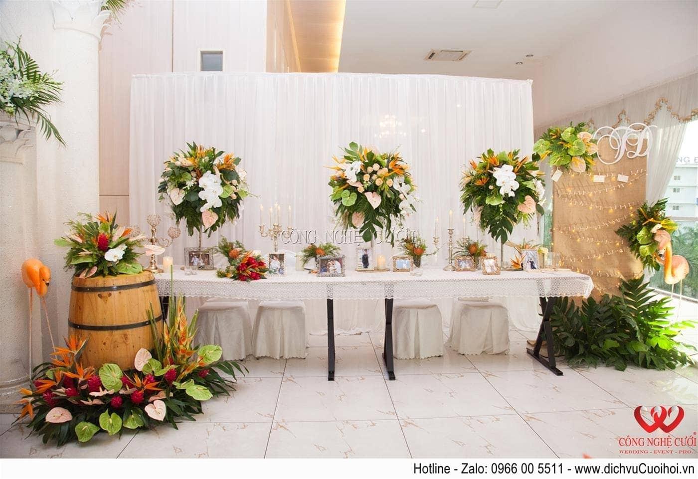 Trang trí bàn gallery tiệc cưới Tropical
