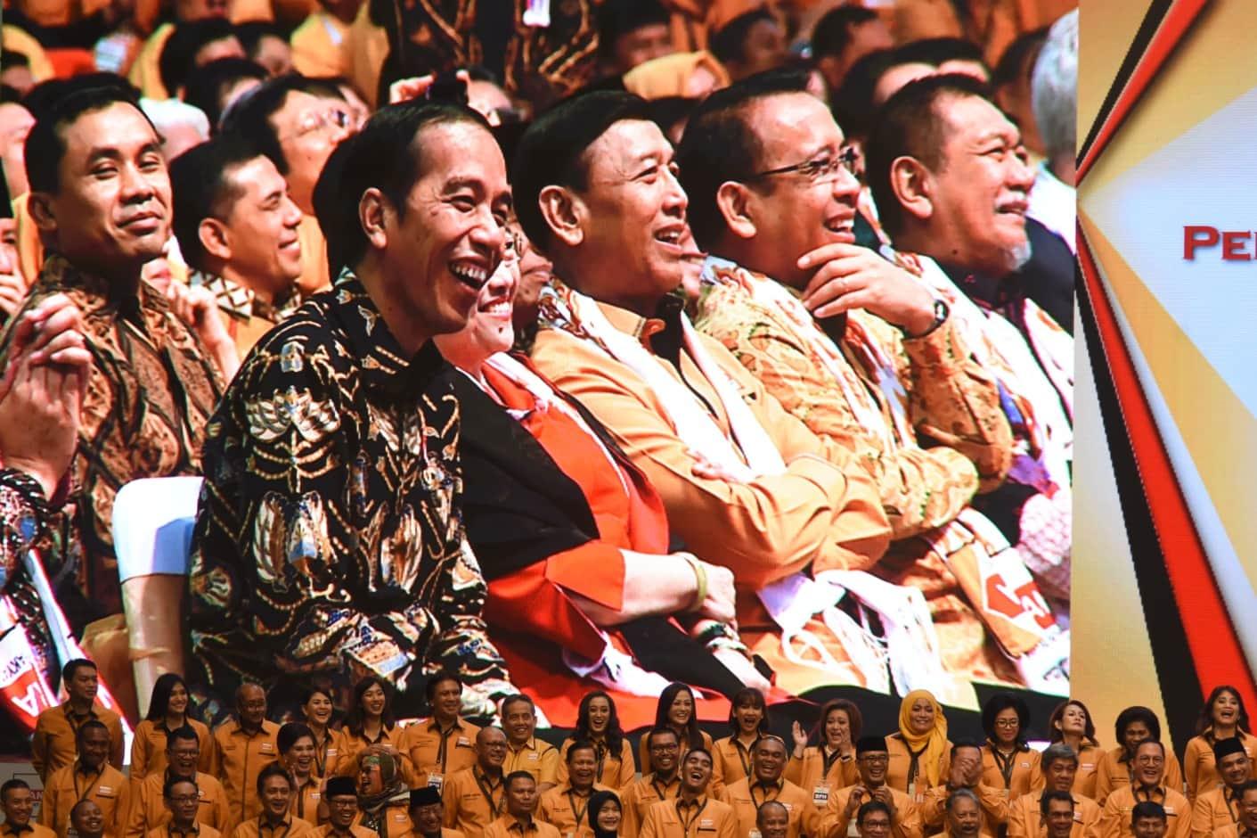 Presiden Jokowi tak bisa menahan tawa saat mendengarkan sambutan Ketua Umum DPP Partai Hanura Oesman Sapta, pada pengukuhan DPP Partai Hanura, di SICC, Bogor, Jabar, Rabu (23/2) pagi. (Foto: OJI/Humas)