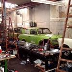 Alte Motorenwerkstatt mit Trabant