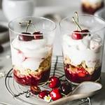 Dessert mit Kirschen und Kaffee Mousse