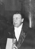 Willy Fritsch beim Verlassen eines Filmballs 1955