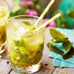 """Алкогольный коктейль """"Кайпироска"""" с киви и ананасовым соком"""