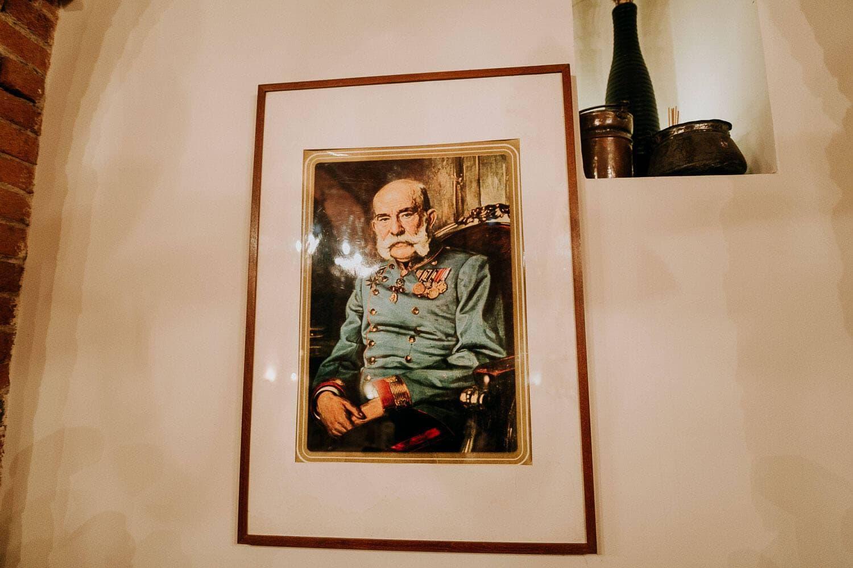 zdjecie obrazu wiszacego na jednej ze scian restauracji galicyjskiej w krakowie