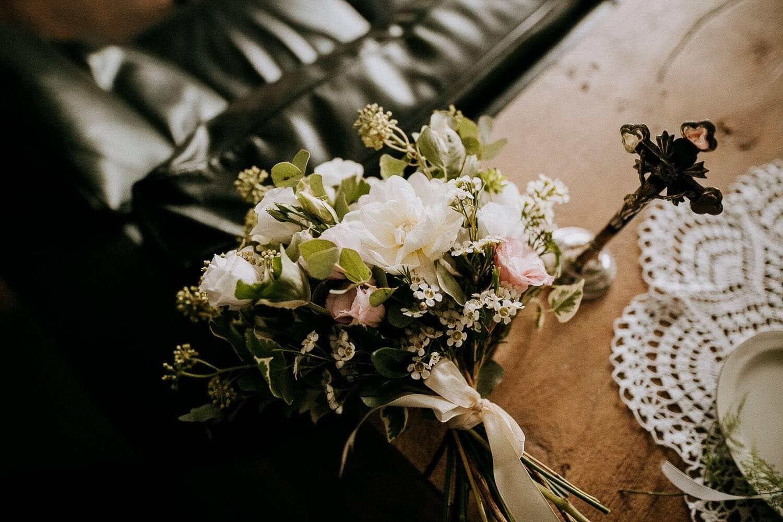 zdjecie bukietu slubnego z bialych kwiatow