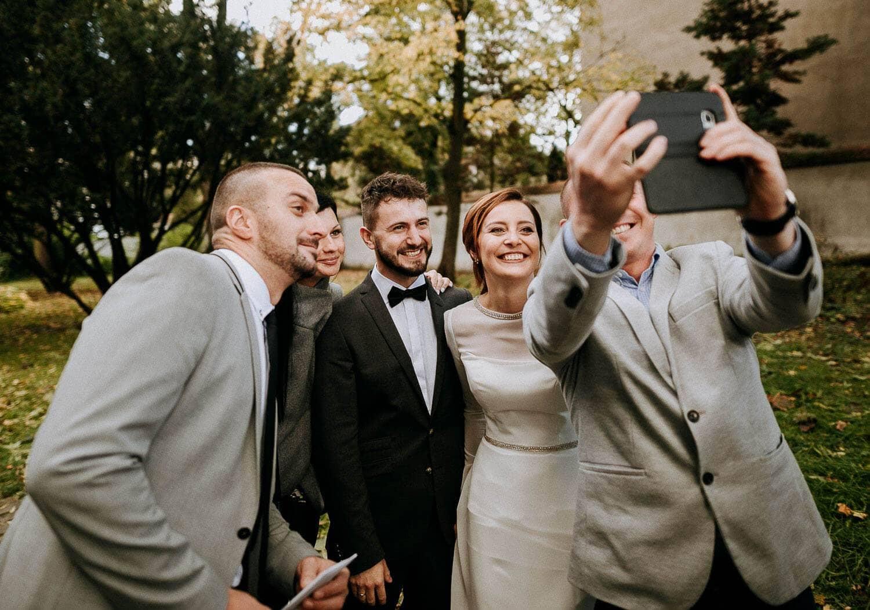 para mloda robi sobie selfie ze znajomymi