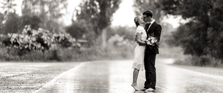 Brautpaar küsst sich barfuß im strömenden Regen Hochzeitsfotograf Andreas Pöcking aus Erfurt © Andreas Pöcking Fotograf Erfurt