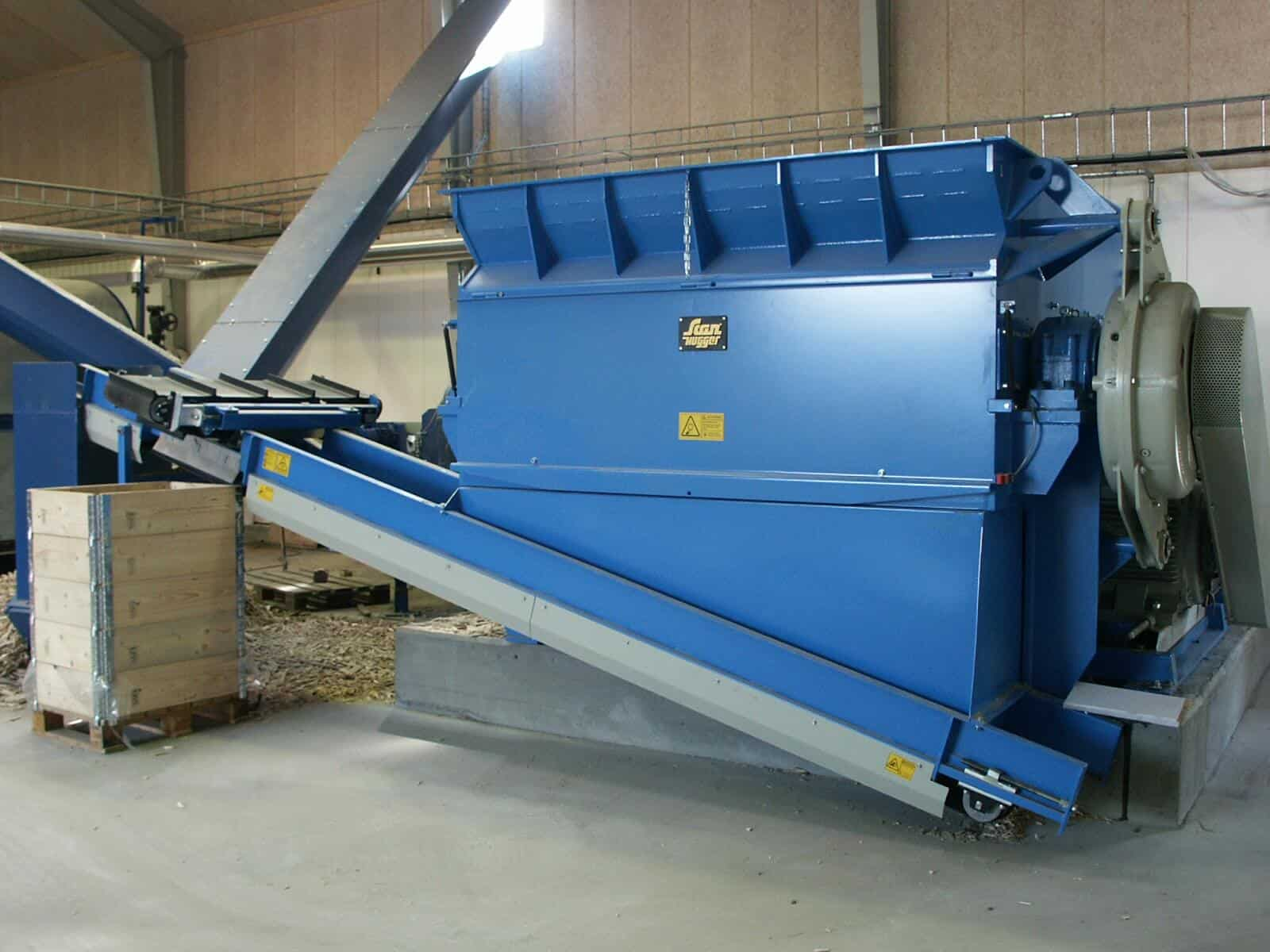 Scanhugger wood shredder with band conveyor and overband magnet for removal of metal