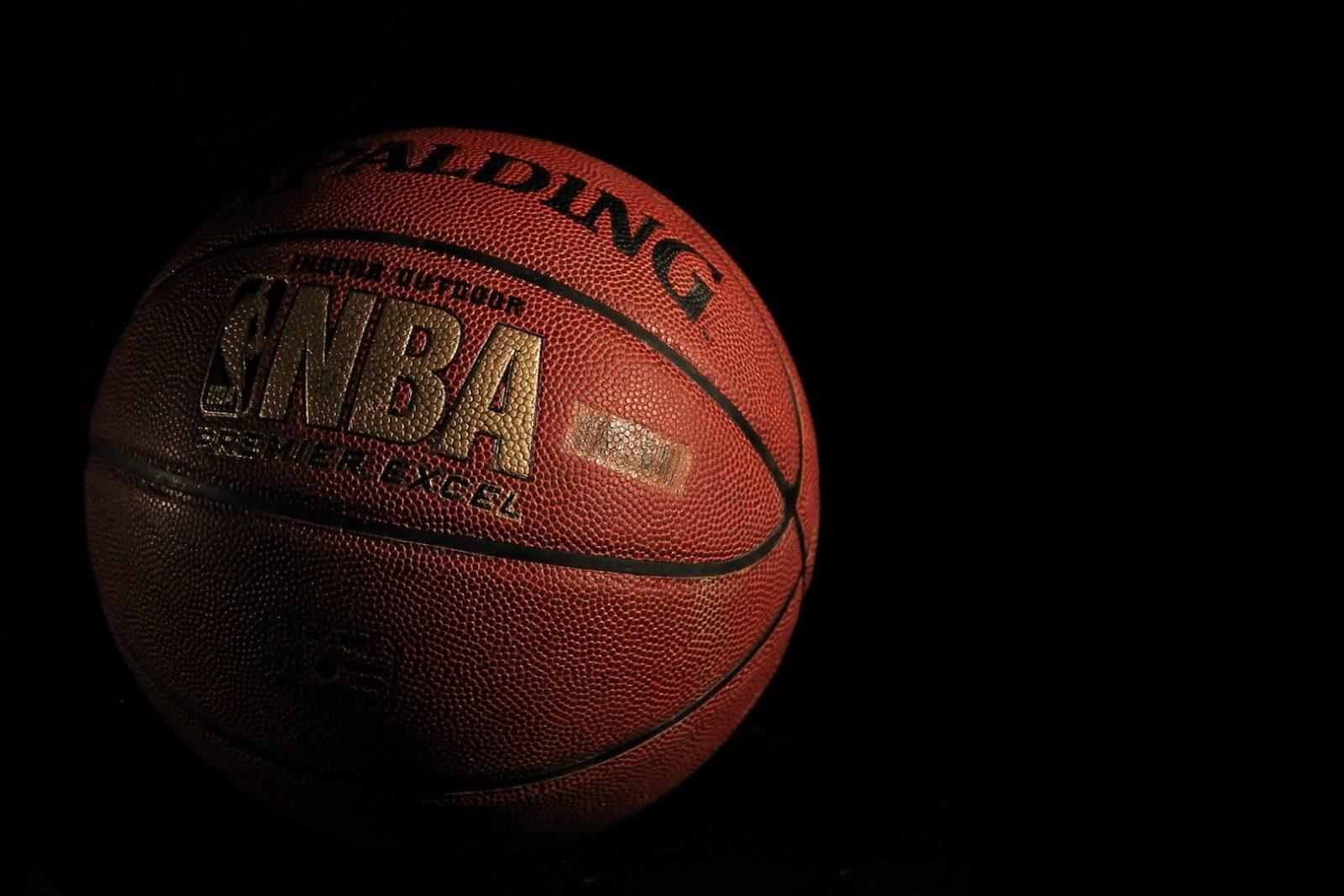 Siyah Arka plan üzerine nba basket topu