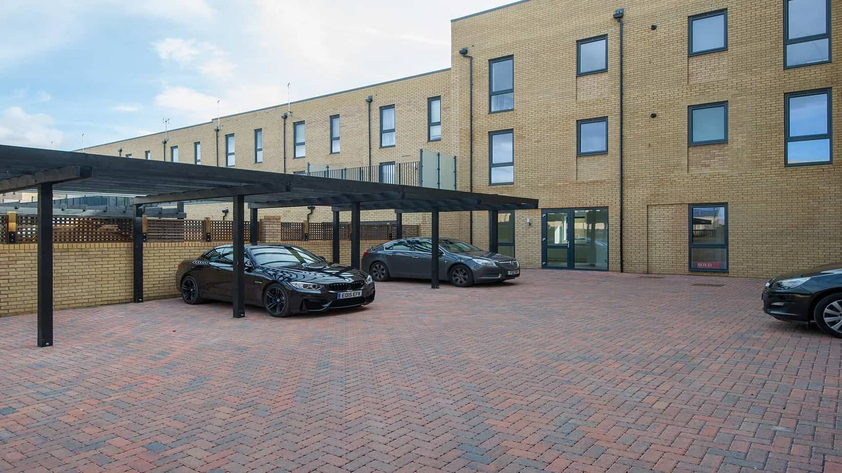 Tailored Stays De Havilland House comes with parking space