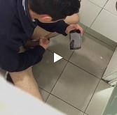 Homem dotado em punheta no banheiro