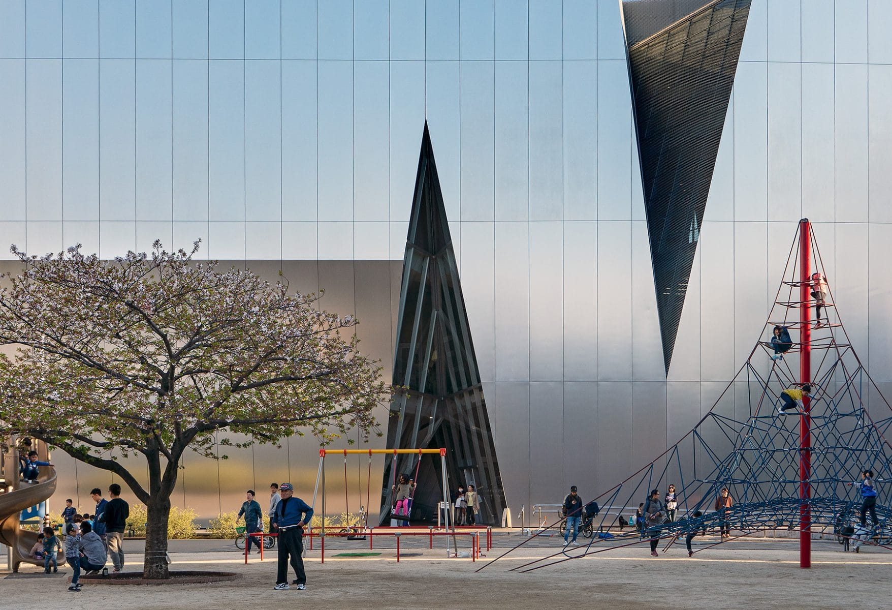 Museumsgebäude mit Spielplatz davor