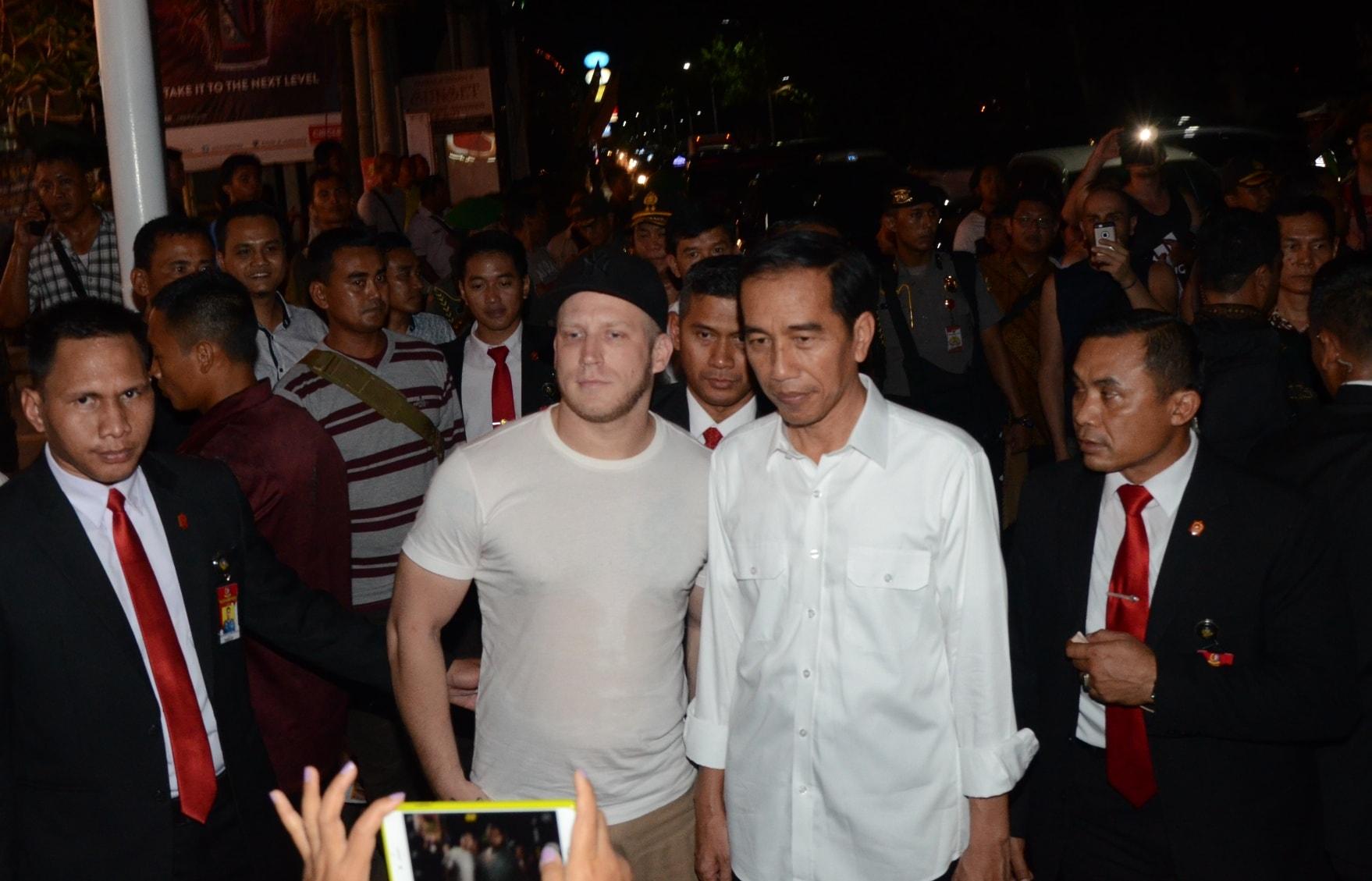 Wisatawan mancanegara berebut foto bersama Presiden Jokowi saat blusukan ke Beach Walk Mall, Kuta, Kabupaten Badung, Bali, Jumat (24/2) malam. (Foto: Humas/Jay)
