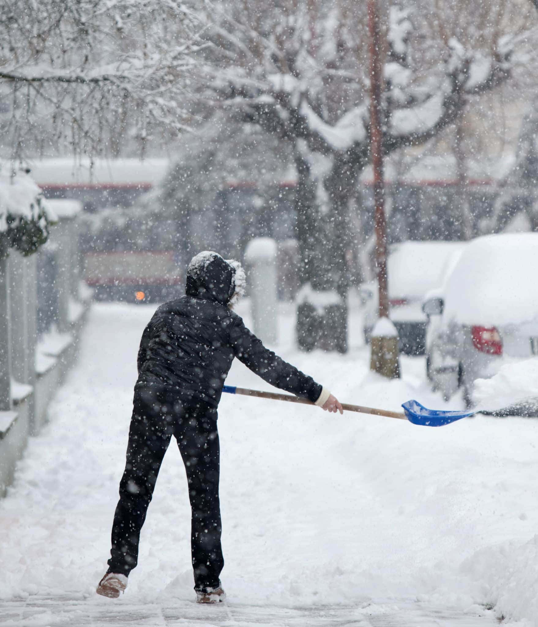 shoveling-sidewalk-hoa-snow-removal-policy