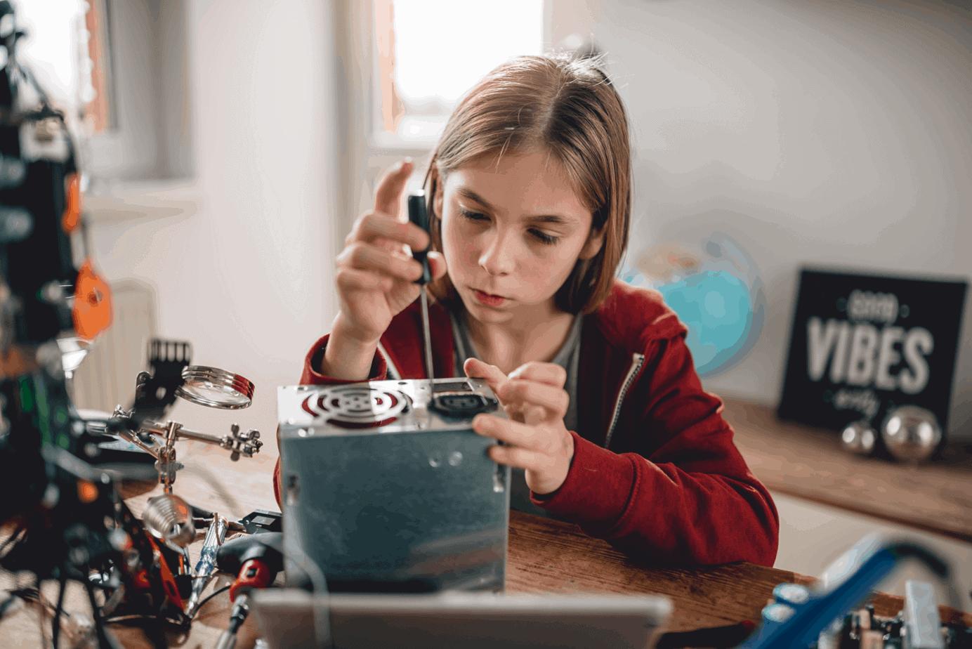 Faire confiance aux enfants, une pédagogie. Fille de onze ans qui répare une radio.