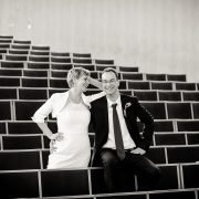 Hochzeitspaar im leeren Hörsaal