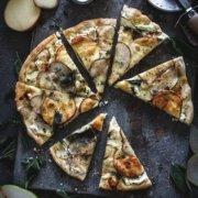 Winter Pizza mit Scamorza und Birnen