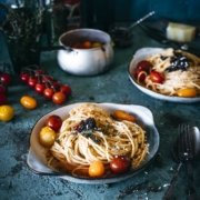 Mit Gin aufgepeppte Tomatensauce geben diesen Spaghetti den besonderen Kick