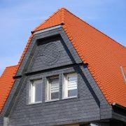 Haus, Schieferfassade, Ziegeldach