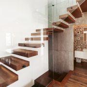 Wir von Tipp-zum-Bau zeigen Ihnen, worauf es beim Kauf von einer Treppe und den verschiedenen Materialien ankommt. So geben Sie nicht mehr Geld aus als nötig.
