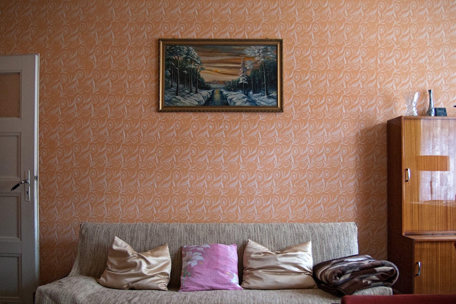 Wohnzimmer mit gerollten Strukturmustern auf farbiger Wand