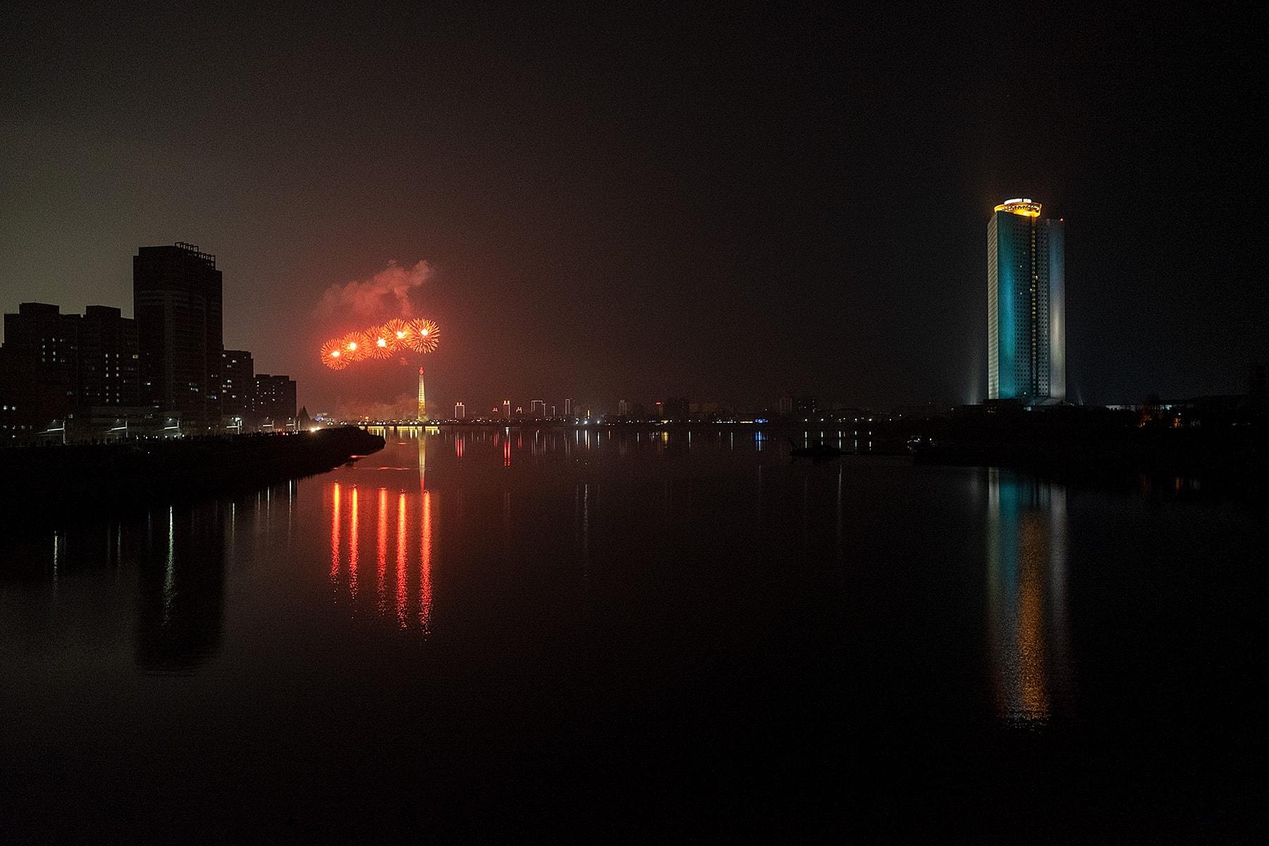 Feuerwerk über dunklem Fluss