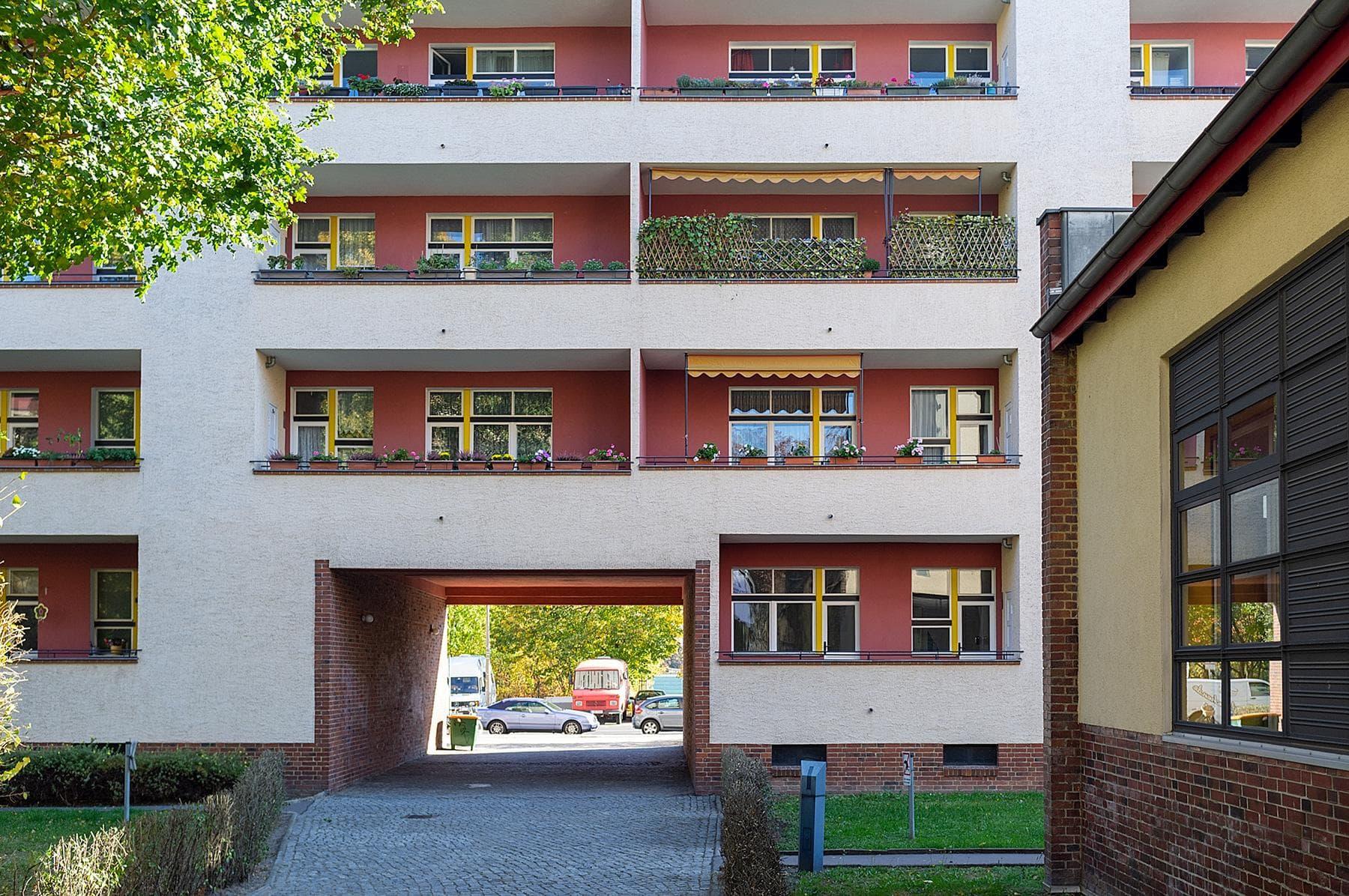 Balkone und ein Durchgang unter einem Haus im Beitrag Berlin: Wohnstadt Carl Legien