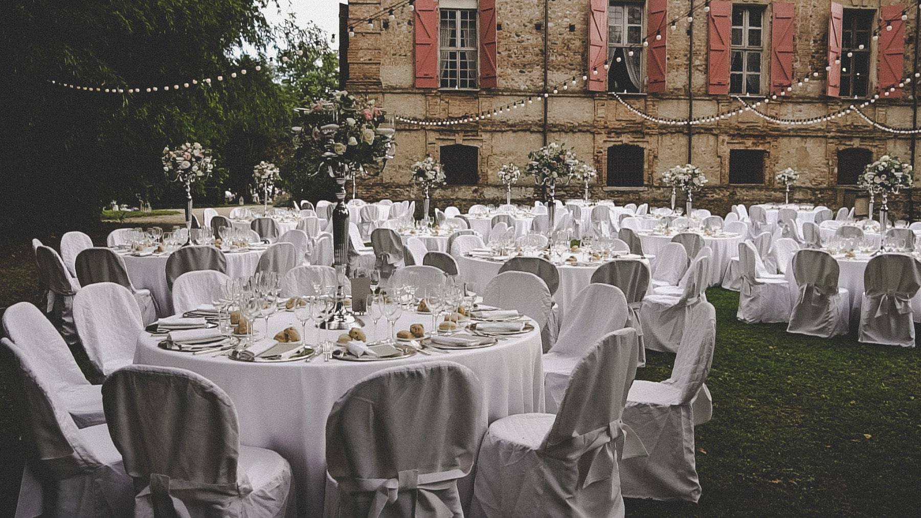 allestimento tavoli di un matrimonio all'aperto
